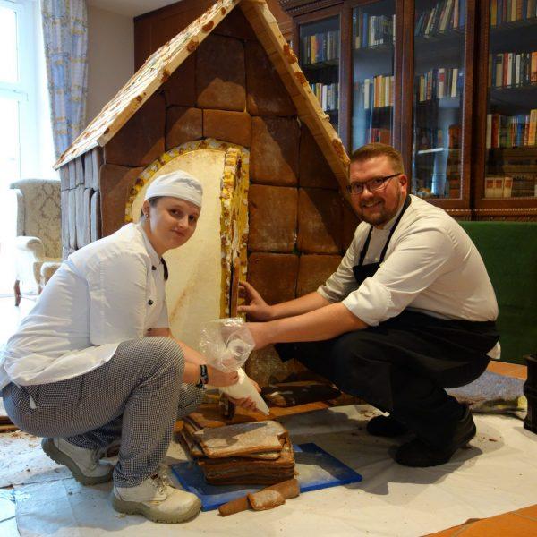 Unser Pfefferkuchenhaus in der Lobby entsteht!